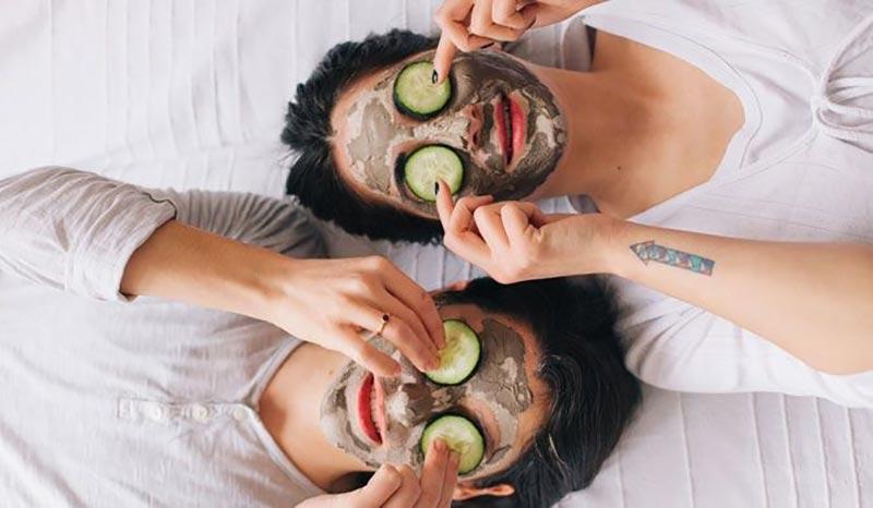 زدن ماسک و گذاشتن خیار روی چشم