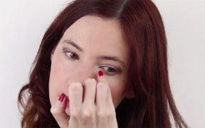 زن سایه روشن و براق به گوشه های داخلی چشم