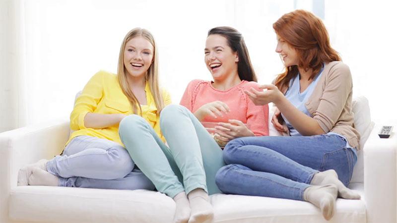 صحبت کردن دختران دانشجو با یکدیگر