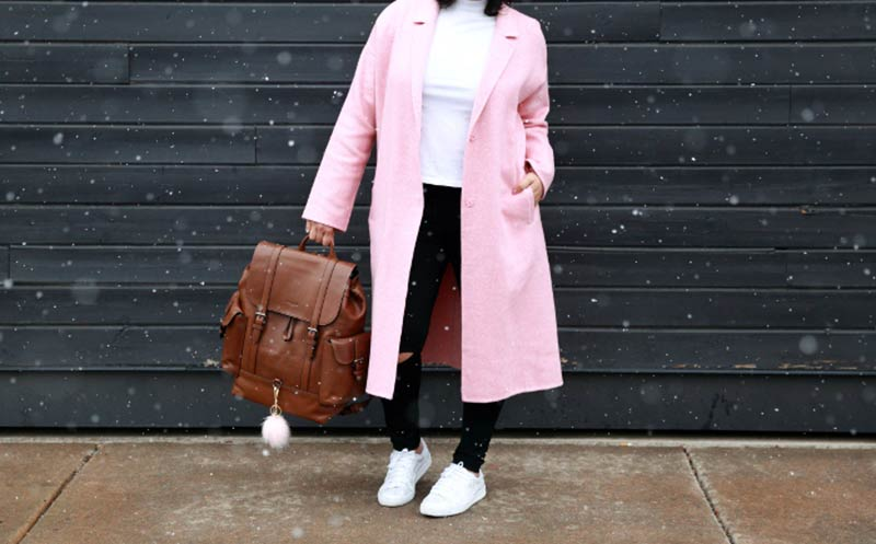 استایل دانشجویی با پالتو صورتی و کیف چرم قهوه ای