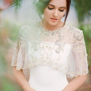 لباس عروس با یقه کار شده