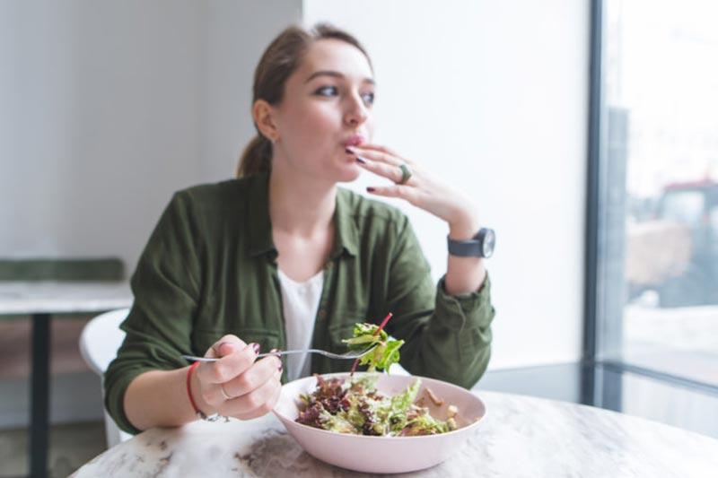 خوردن غذای رژیمی در رستوران