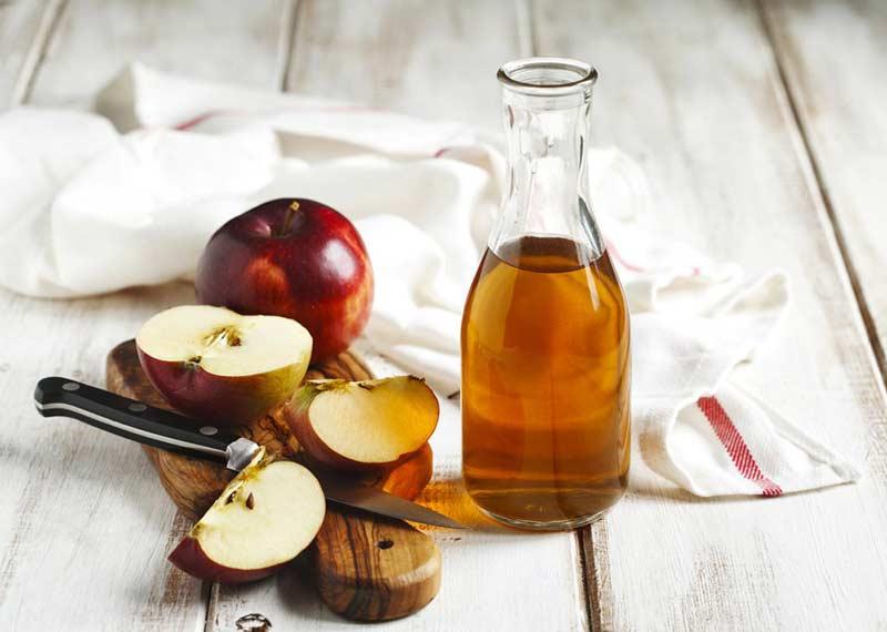 سرکه سیب و تکه های سیب