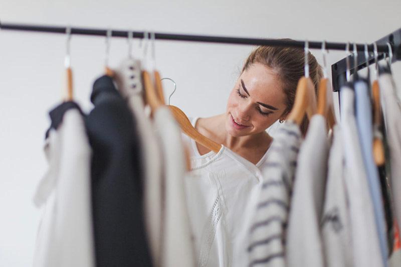 انتخاب لباس از میان کمد لباس ها
