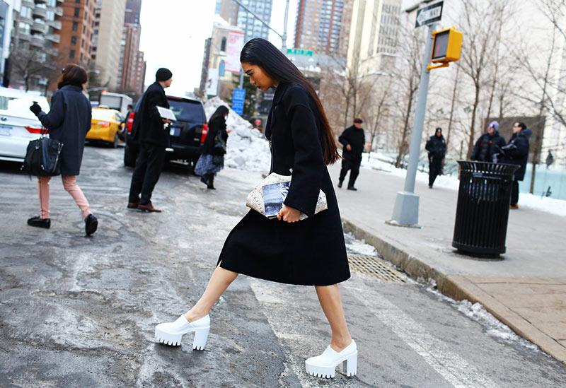 استایل رسمی برای خانم ها با پیراهن صورتی و کفش سفید