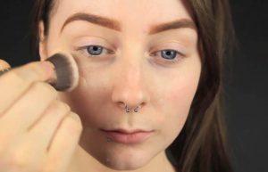 کرم پودر زدن برای زیرسازی آرایش