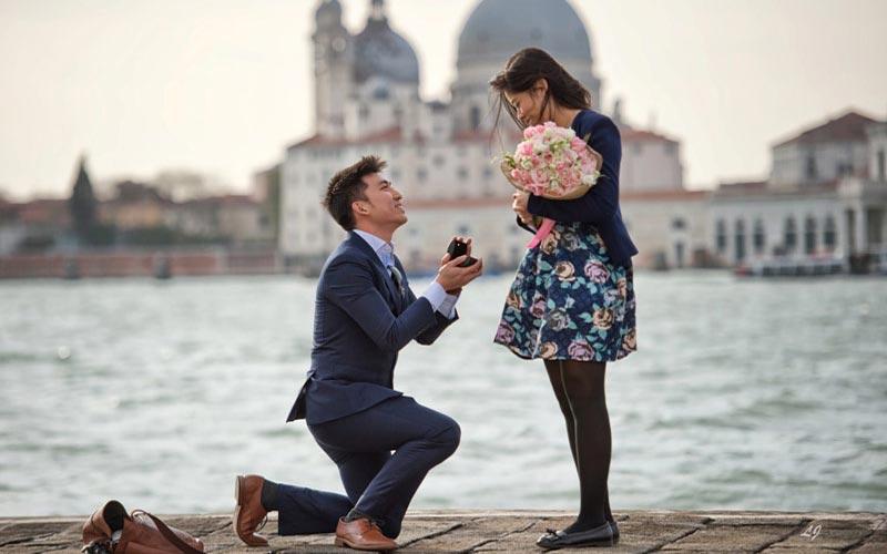خواستگاری رمانتیک با دسته گل و حلقه