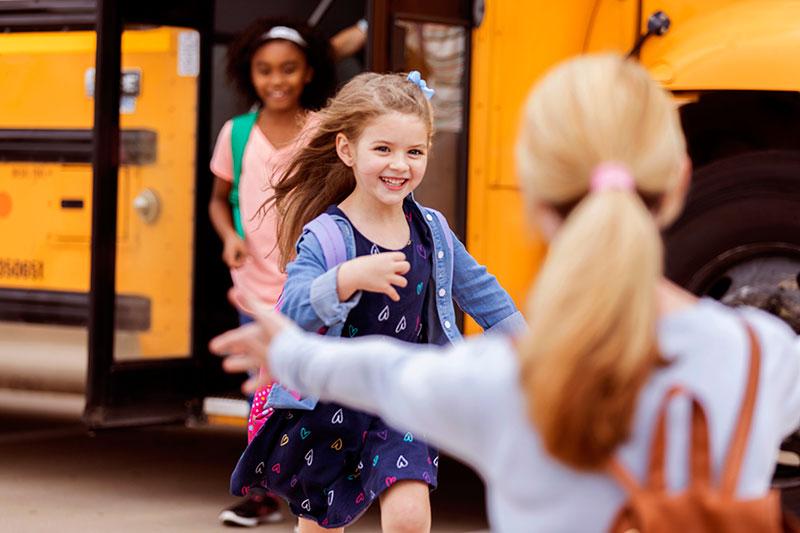 دانش آموز در حال برگشت از مدرسه