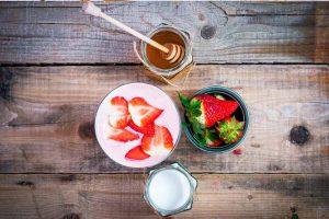 توت فرنگی، شیر، عسل