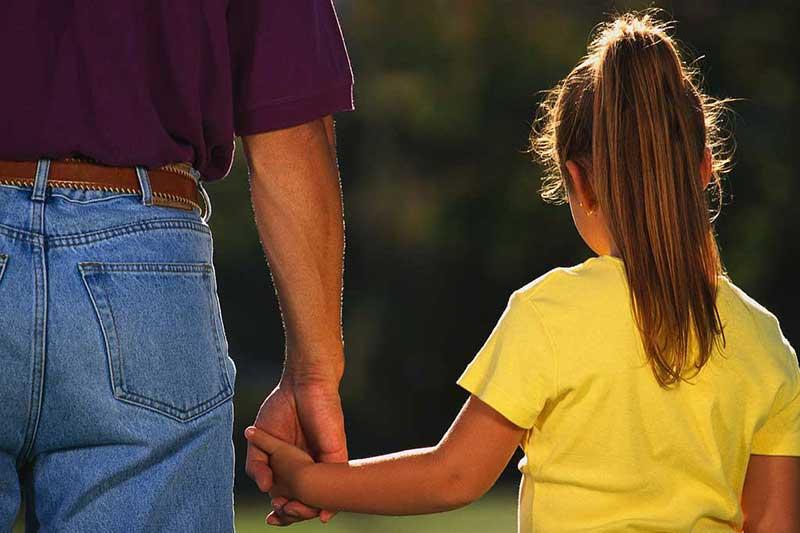 حضور پدر در کنار دخترش