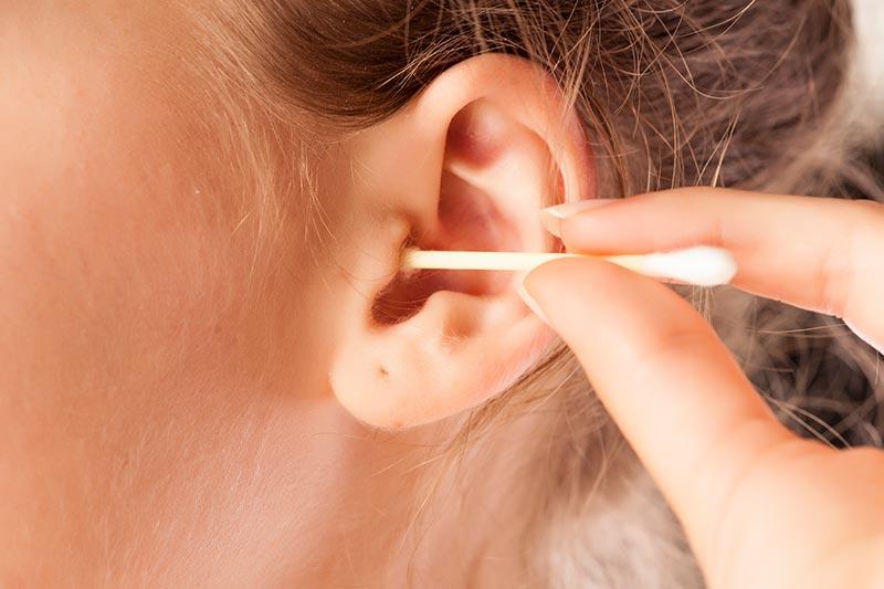 استفاده از گوش پاک کن برای تمیز کردن گوش