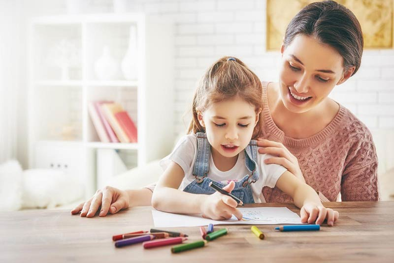 کمک کردن مادر به فرزند