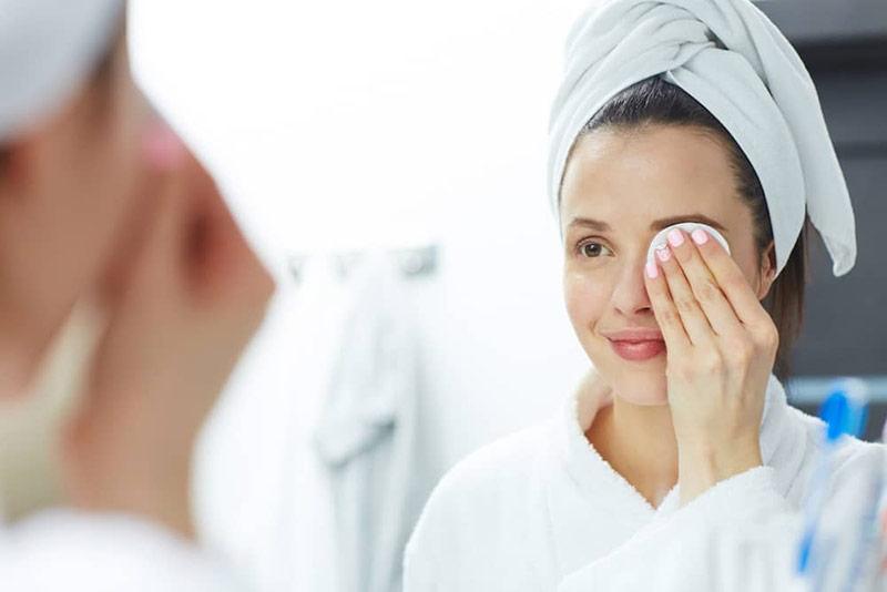 پاک کردن ریمل با پد آرایشی
