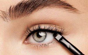 کشیدن یک خط چشم باریک و کوتاه