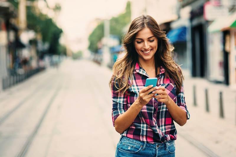 پیام دادن با خنده و خوشحالی