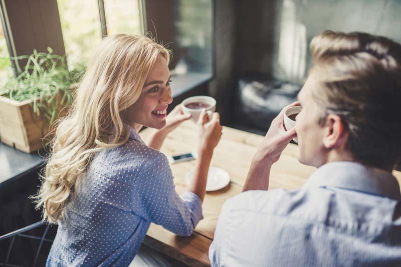 یک زوج جوان در حال صحبت کردن در کافه