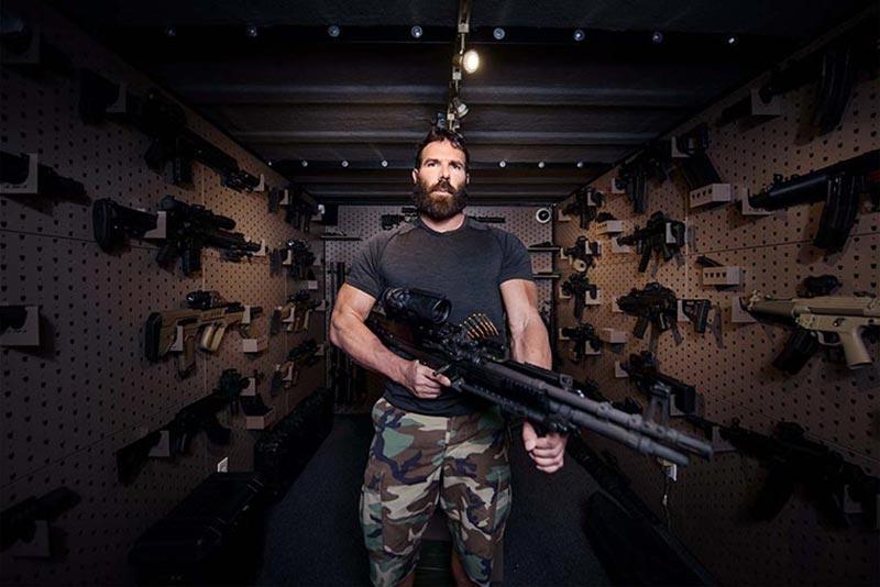 دن بیلزریان در اتاق اسلحه خود