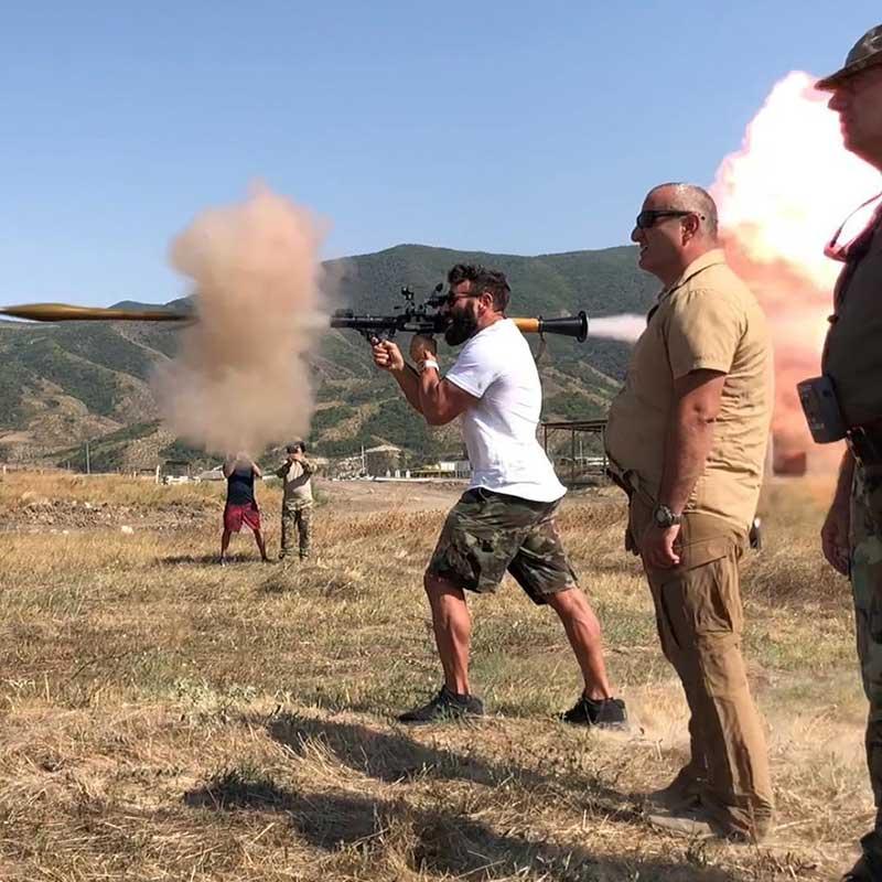 دن بیلزریان در حال شلیک با آر پی جی