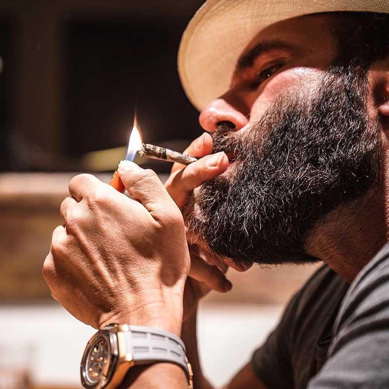 دن بیلزریان در حال سیگار کشیدن