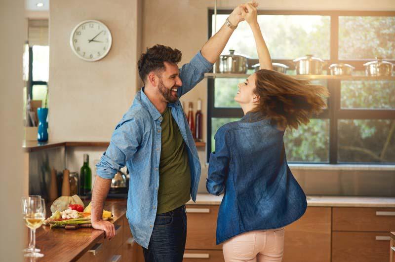 یک زوج در آشپزخانه