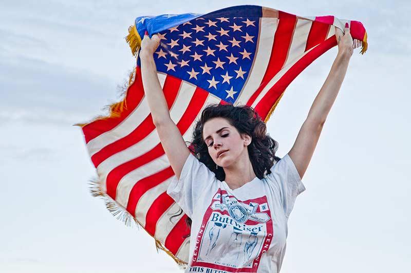 لانا دل ری با پرچم آمریکا