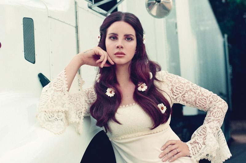لانا دل ری با گل های بابونه در موهایش