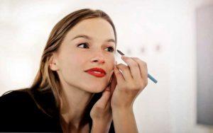 آرایش کردن و کشیدن خط چشم