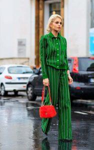 استایل یک خانم با لباس های سر تا پا سبز و کیف قرمز