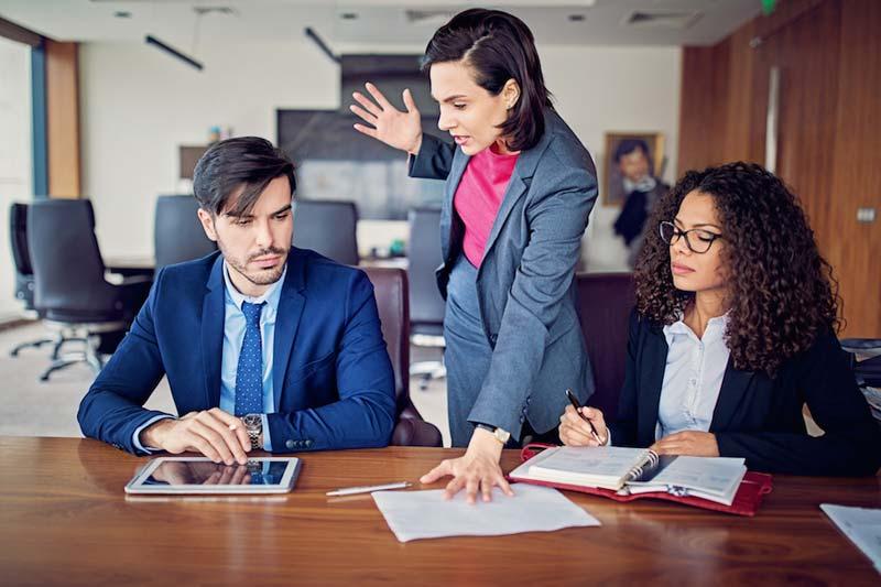 صحبت جدی و بحث در محیط کار