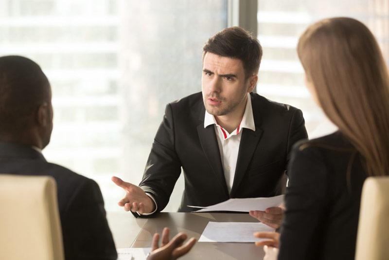 بحث کردن همکاران در محیط کار