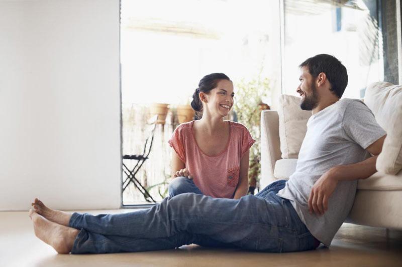 صحبت کردن و خندیدن زن و شوهر