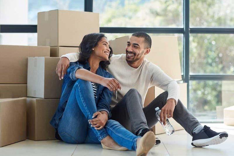 یک زن و شوهر شاد در خانه جدید