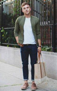 استایل یک آقا با کاپشن و تی شرت یقه گرد