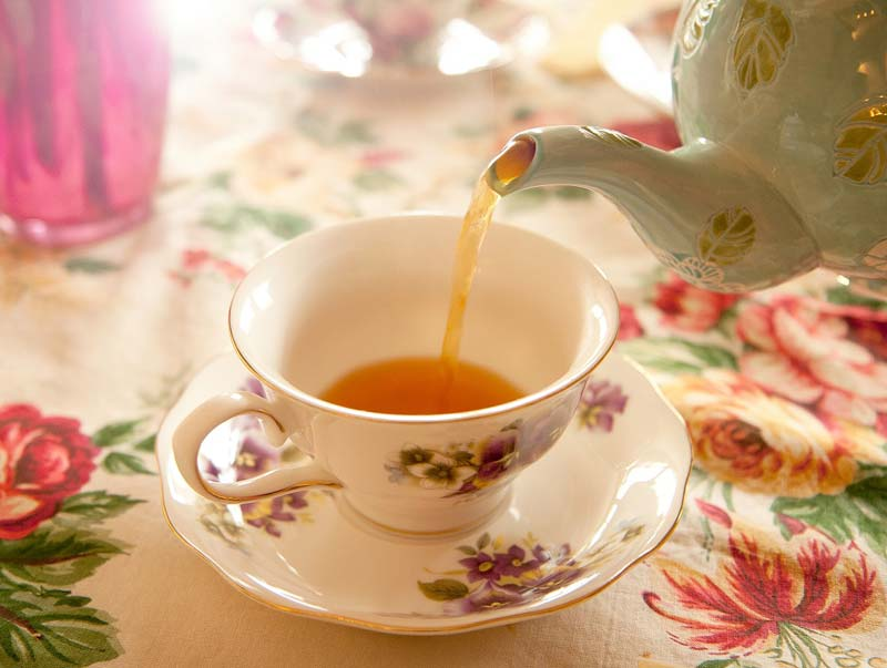 ریختن دمنوش و چای در فنجان