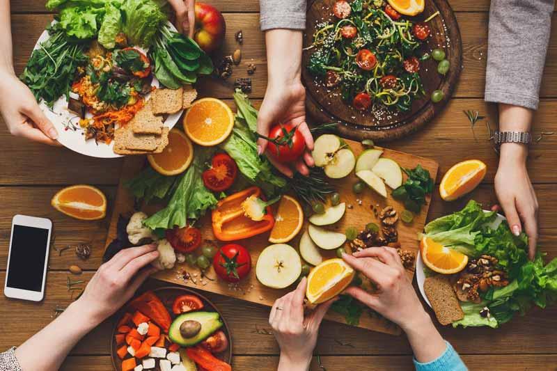 خوردن میوه و غذاهای رژیمی با دوستان