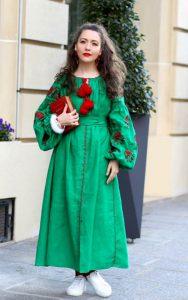 پیراهن سبز بلند با گلدوزی قرمز