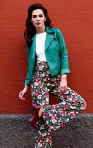 کت سبز با شلوار گل گلی سبز و قرمز