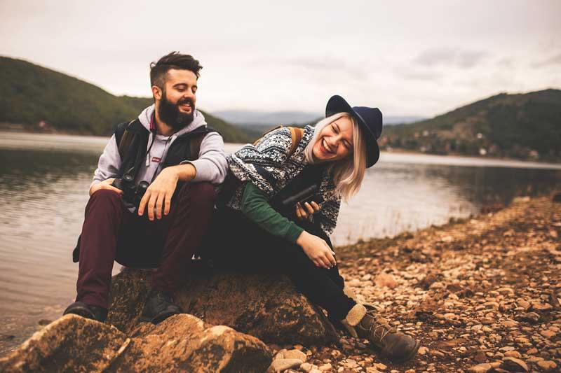 زوج شاد در حال خندیدن