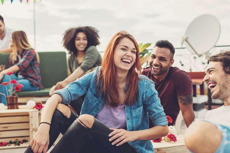 خندیدن و خوش گذرانی با دوستان