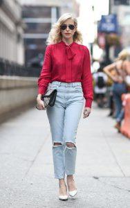 شومیز قرمز با شلوار جین روشن