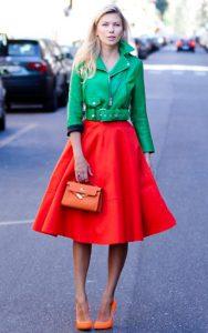 استایل یک خانم با کت سبز و دامن قرمز