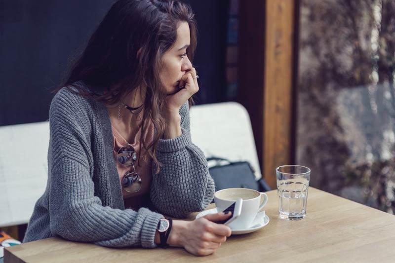 یک خانم ناراحت در کافه
