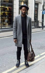 استایل یک آقا با پالتو طوسی و شلوار جین مشکی مناسب