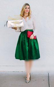 استایل یک خانم با دامن سبز و بلوز سفید و کیف قرمز