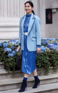 استایل یک خانم با پیراهن آبی، جوراب بلند و نیم بوت