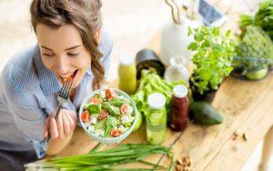خوردن سالاد و غذاهای سالم