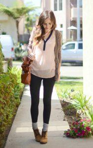 استایل یک خانم با لگ مشکی، جوراب بلند و نیم بوت قهوه ای