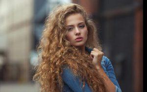 یک خانم با موهای فر