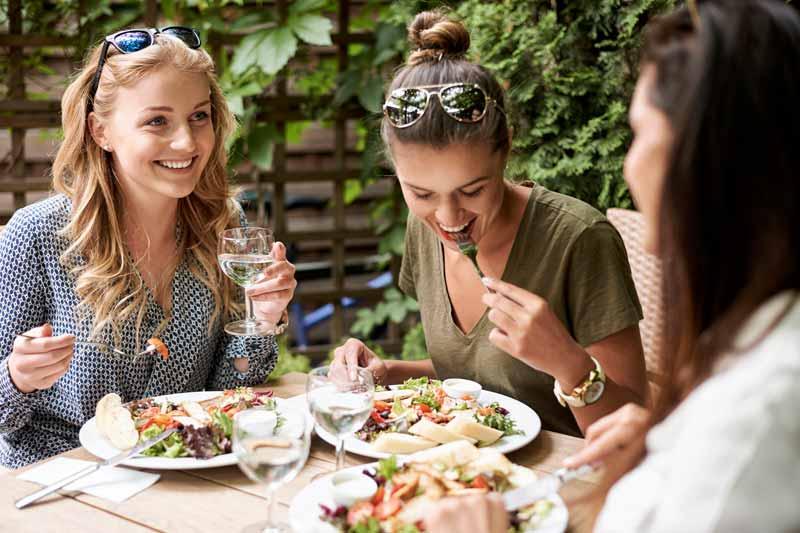 چند خانم در حال خوردن نهار
