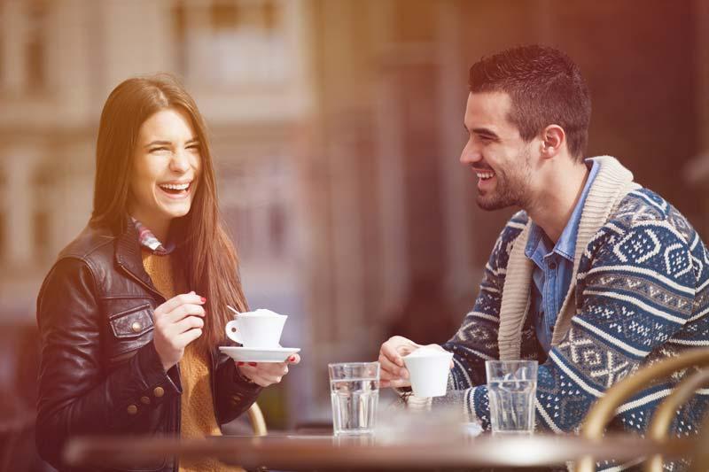 یک زوج در حال خندیدن در کافی شاپ